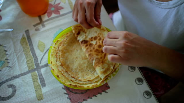 donna mangiare crêpe - rotolo video stock e b–roll