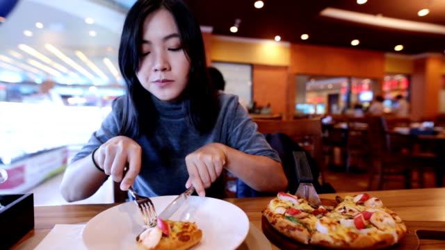 Frau isst eine pizza