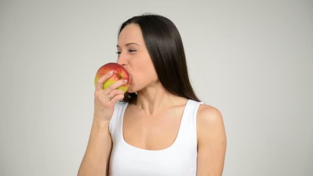 vidéos et rushes de femme mangeant grosse pomme rouge - en individuel
