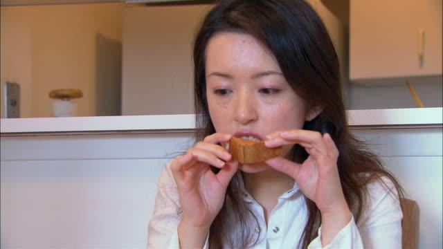 cu, woman eating breakfast - 1人点の映像素材/bロール