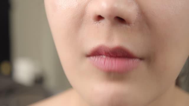 チョコレートを食べる女性 - unhealthy eating点の映像素材/bロール