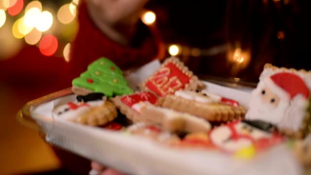 frau essen cookies - keks stock-videos und b-roll-filmmaterial