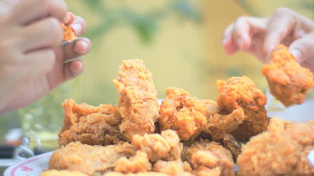 vídeos y material grabado en eventos de stock de mujer comer pollo frito - pollo frito