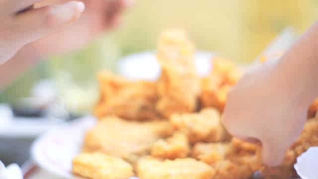 vídeos y material grabado en eventos de stock de mujer comiendo comida chatarra pollo frito - pollo frito