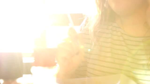 vídeos y material grabado en eventos de stock de mujer comiendo fideos en mesa de comedor - mancha solar