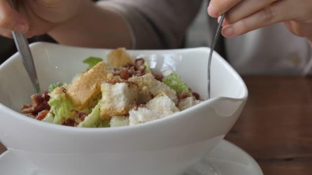 vídeos y material grabado en eventos de stock de mujer comiendo una ensalada, primer plano - antioxidante