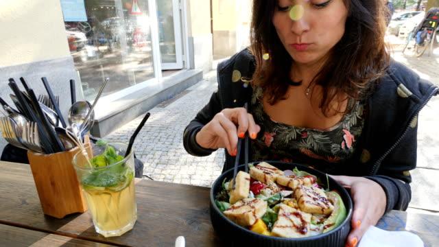 通りで健康的な食生活の女性 - アイスティー点の映像素材/bロール