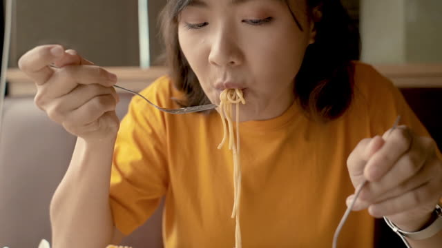 vídeos de stock e filmes b-roll de woman eating spaghetti pasta slow motion - cultura italiana
