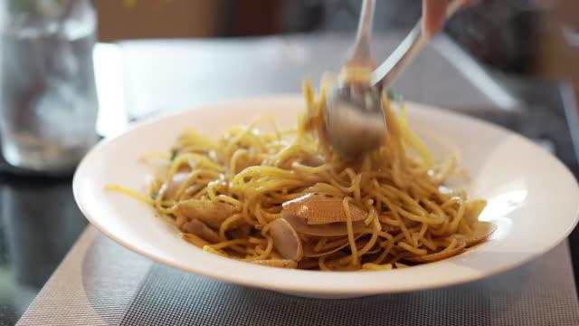 frau spaghetti mit venusmuscheln im restaurant zu essen. - kochrezept stock-videos und b-roll-filmmaterial