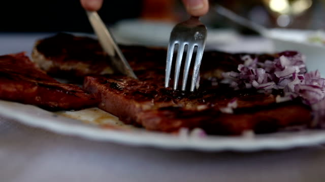 stockvideo's en b-roll-footage met vrouw eten - tafelmanieren