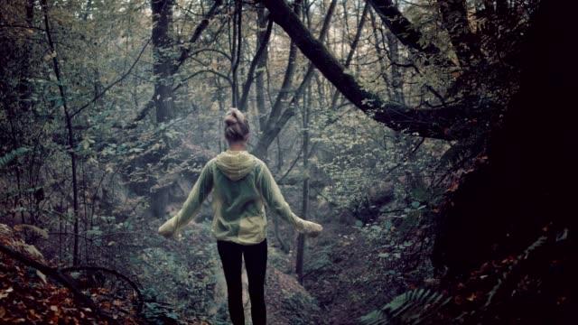 vídeos y material grabado en eventos de stock de naturaleza abraza de la mujer. bosque lluvioso, otoñal - brazos estirados