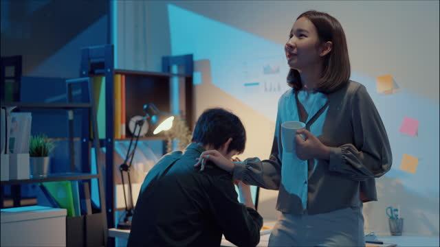 vídeos y material grabado en eventos de stock de mujer animando a su colega. - adversidad