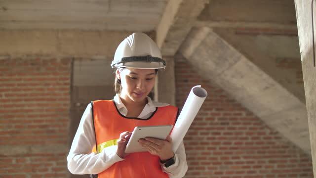 vidéos et rushes de femme ingénieur sur les exigences du site avec tablette numérique - manufacturing occupation