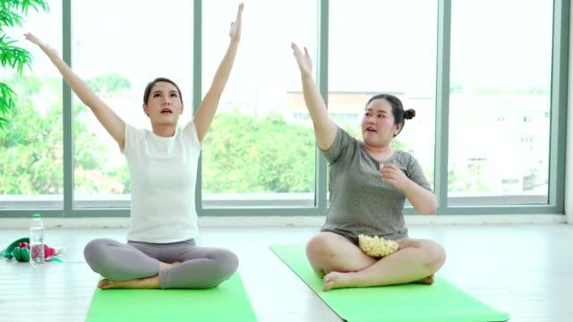 stockvideo's en b-roll-footage met vrouw genieten van het eten van taarten, maar in plaats van de uitoefening om gewicht te verliezen. - verfrissing