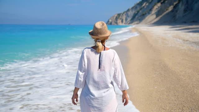 vidéos et rushes de femme profitant de la plage - une seule femme d'âge moyen