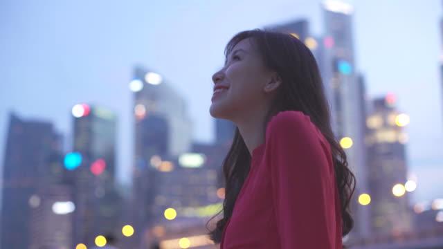 ws woman enjoying being in modern city - セレクティブフォーカス点の映像素材/bロール