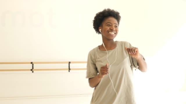 frau genießt tanz mit musik im fitnessstudio - electrical equipment stock-videos und b-roll-filmmaterial
