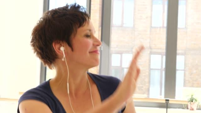 frau genießt tanz mit musik im gesundheitsstudio - dance studio stock-videos und b-roll-filmmaterial