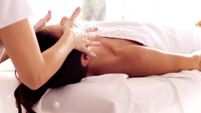 vidéos et rushes de massage facial bénéficiant de femme - banc de massage