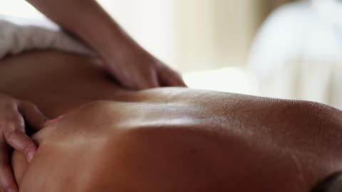 vídeos y material grabado en eventos de stock de mujer disfrutando de su masaje en spa - balneario spa
