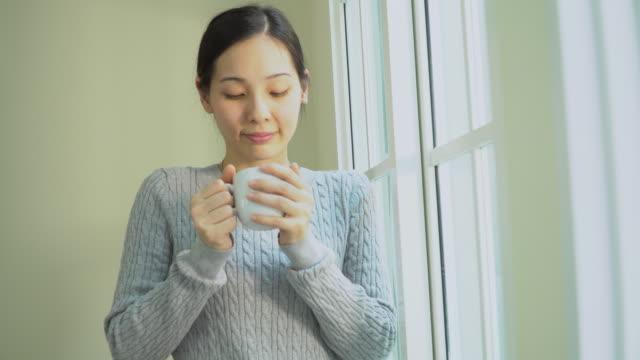 彼女の朝のコーヒーを楽しむ女性 - カップ点の映像素材/bロール