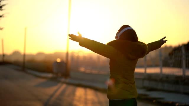 太陽の下で楽しむ女性 - 前腕点の映像素材/bロール