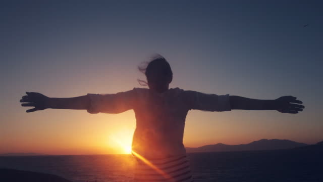 vidéos et rushes de femme profiter de la vie. - admirer le paysage