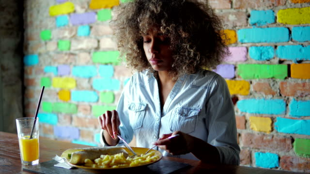vídeos de stock e filmes b-roll de woman enjoying lunch break in restaurant - estilo de cabelo