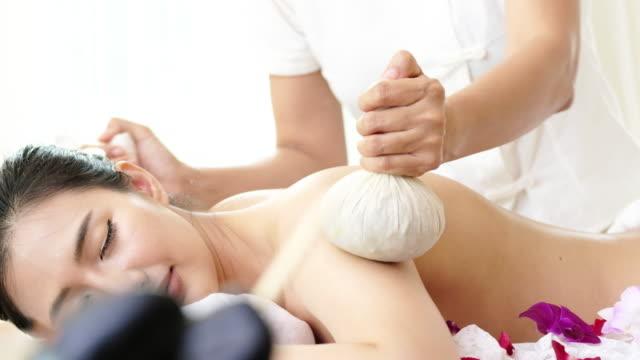 vídeos y material grabado en eventos de stock de mujer disfruta de masaje para la relajación. - espalda humana