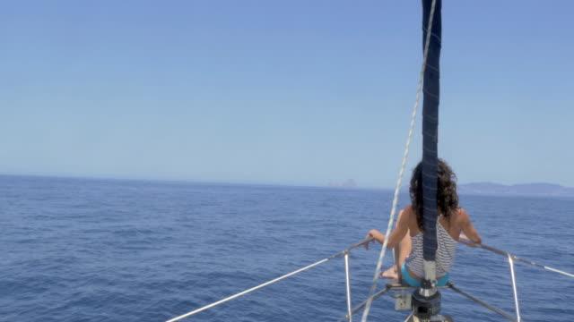 woman enjoying summer on a sailboat - 小型船舶点の映像素材/bロール