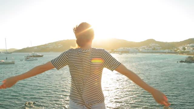 Frau, genießen die schöne Aussicht bei Sonnenuntergang.