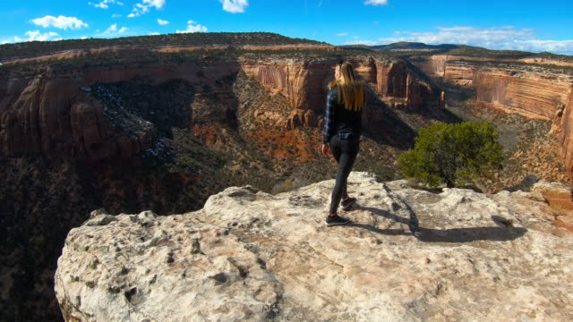 woman enjoying the stunning canyon view, national park - canyon stock-videos und b-roll-filmmaterial