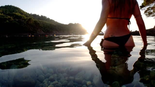 孤独なビーチで夕日を楽しむ女性 - バレアレス点の映像素材/bロール