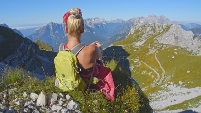 stockvideo's en b-roll-footage met ws vrouw genieten van het uitzicht op de julische alpen - julian alps