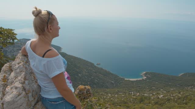 vídeos de stock, filmes e b-roll de ws mulher apreciando a vista na ilha do mediterrâneo - cres croácia