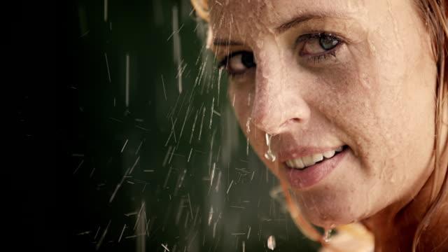 Femme jouit de ses mains et peut accueillir en été à jets de pluie