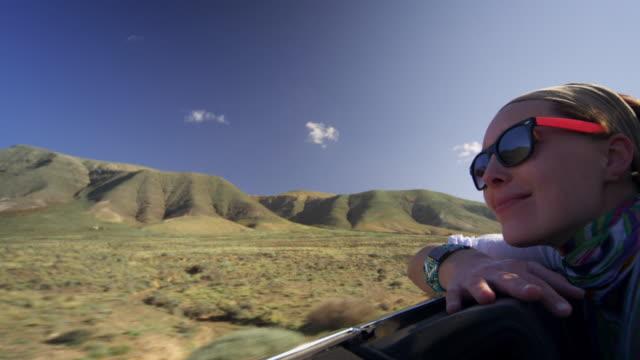vídeos de stock, filmes e b-roll de mulher gosta de carro - braço humano