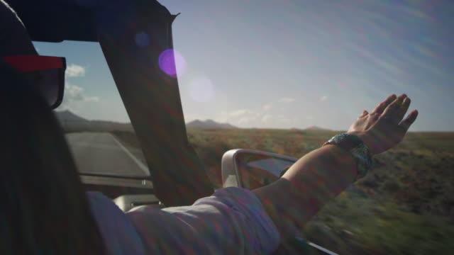 vídeos y material grabado en eventos de stock de mujer disfrutando de paseo en coche - vehículo de motor