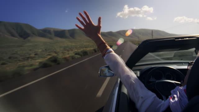 Frau genießt mit dem Auto