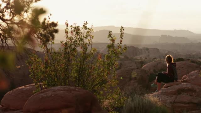 女性はアメリカ南西部の自然を楽しんでいます, モアブ - utah点の映像素材/bロール