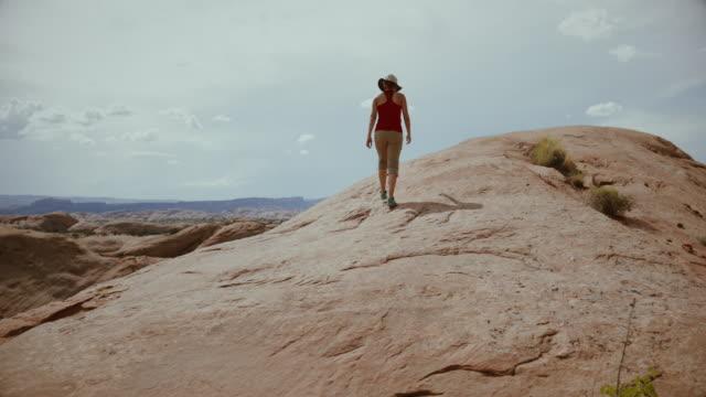 stockvideo's en b-roll-footage met vrouw geniet van de natuur in het zuidwesten van de vs, moab - moab utah