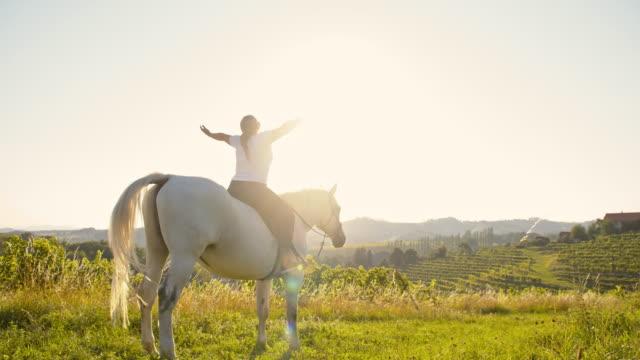 RALLENT donna gode di libertà su un cavallo