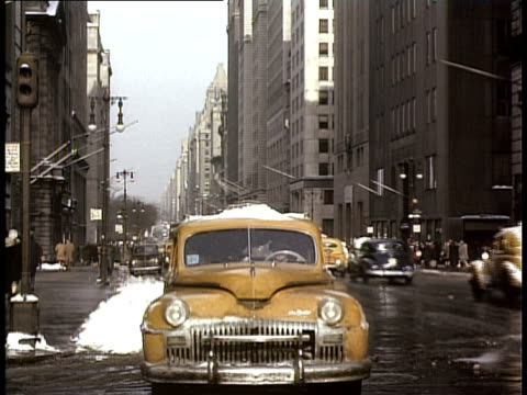 vídeos y material grabado en eventos de stock de 1940 ws woman entering cab on snowy street / new york city, new york, usa - 1940
