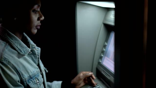 frau, die eingabe der karte am geldautomaten - verstecken stock-videos und b-roll-filmmaterial