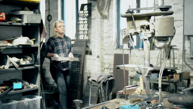vídeos de stock e filmes b-roll de woman entering to workshop - genderblend