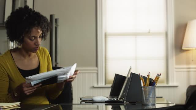 vídeos y material grabado en eventos de stock de ms pan woman entering with mail in office / orem, utah, usa - orem