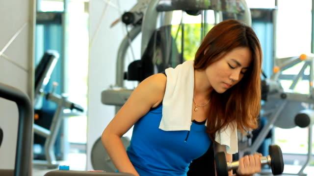vídeos de stock e filmes b-roll de mulher no ginásio excercise - braço humano