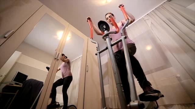 vídeos de stock, filmes e b-roll de exercício de mulher em casa - aparelho de musculação