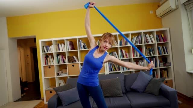 自宅で運動する女性 - 自制心点の映像素材/bロール