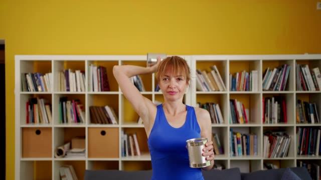 伝統的な機器なしで自宅で運動する女性 - 自制心点の映像素材/bロール
